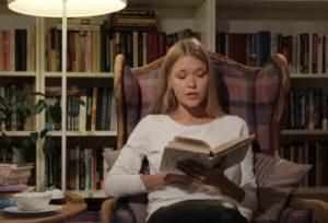 красивая девушка читает книгу мысли о том, как покончить жизнь самоубийством стали моими спутниками.